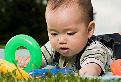 开发婴儿智力的第一步是什么?