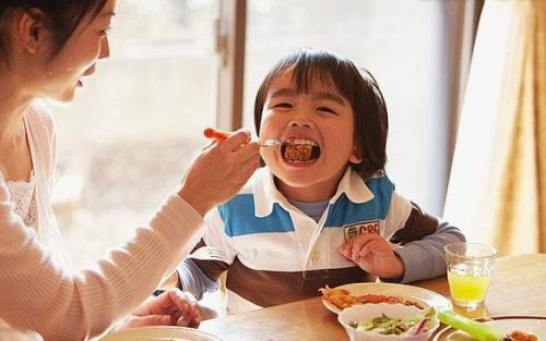 父母别让孩子拥有餐桌压力