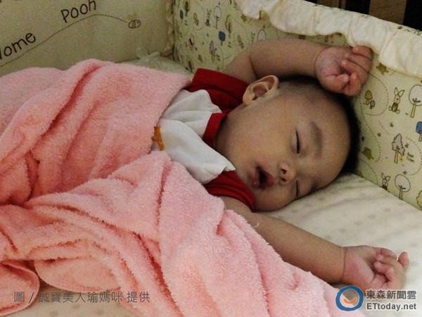 寶寶睡覺時為什麼喜歡「把小手舉高高」呢?沒想到「原因」居然是...聽完立刻被萌翻了!